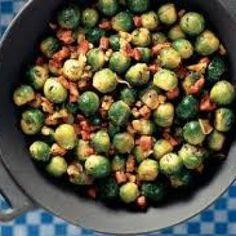 Roerbakspruitjes met ui, knoflook, spek en gedroogde tomaatjes.