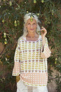 Sommermode 2013 - Ein richtiger Energiekick! Farbstarker Pullover aus mehrfarbigem Jacquardstrick. Lässige, leichte A-Linie, überschnittene Schultern und etwas weiterer Ausschnitt mit kontrastierender Einfassung aus Langettenstickerei. Dieser Pullover ist die perfekte Ergänzung zu Rock oder Hose.