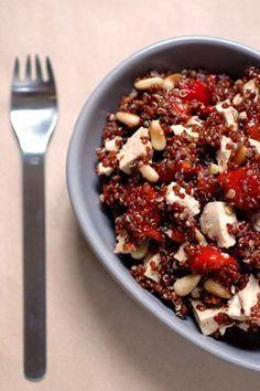 500 ml de bouillon de légumes dégraissé 200 g de quinoa rouge, soigneusement rincé et égoutté 3 poivrons rouges grillés au four et pelés 3 c.s. bombées de pignons de pin grillés à sec (on peut aussi mettre des pistaches) 1 c.s. de bonne huile d'olive 1 c.s. de vinaigre de miel Un trait de Tabasco 1/2 c.c. de sel Poivre du moulin 200 g de mozzarella, fraîche ou fumée, ou blanc de dinde.