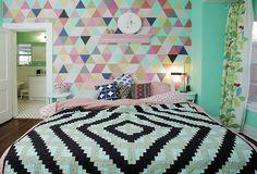 quarto de casal decorado com papel de parede alegre