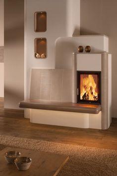 Der Kachelofen HKD von BRUNNER wirkt durch die runden Formen modern und stilvoll. Mit Bank und Fliesen in Creme-Farben ergibt sich eine angenehm weicher Kontrast zur weißen und braunen Umgebung. So lässt sich das Feuer in toller Atmosphäre genießen.
