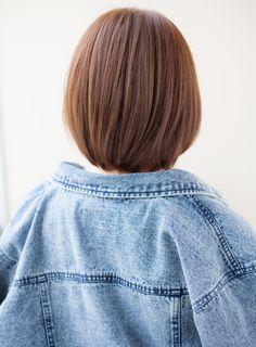 ふんわり丸みをもたせるようにカットをし、顔周りは小顔に包み込むようにカットをしています!目の横に前髪のラウンドバングを作り顔が出過ぎないようにしています☆直毛な方はナチュラルな丸みをもたしたワンカールパーマがオススメ!クセが気になる方はストレートパーマか縮毛矯正をかけてあげるとスタイリングが楽になります♪カラーはサファリブラウンで柔らかな印象に☆明るさは調節出来ますのでご相談下さい!