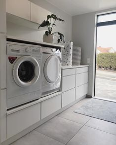 - New Ideas Lave-linge et sèche-linge surélevés :bonne idé. Washroom Design, Laundry Room Design, Laundry In Bathroom, Basement Laundry, Laundry Room Layouts, Laundry Room Organization, Interior Design Living Room, Living Room Designs, Laundry Room Inspiration