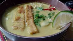 Laksa, an iconic street food known in Singapore, Malaysia, and Indonesia has gained fame around the world for its creamy and rich flavors. Laksa Recipe, Spicy Recipes, Meals For The Week, Street Food, Cheeseburger Chowder, Good Food, Soup, Vegan, Singapore Malaysia