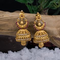 No photo description available. Indian Jewelry Earrings, Jewelry Design Earrings, Gold Earrings Designs, Jhumka Designs, Gold Temple Jewellery, Gold Wedding Jewelry, Gold Jewelry, Gold Bangles Design, Gold Jewellery Design