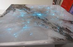 Inserimento di fibre ottiche ad alternanza cromatica su piano in resina decorato (Rif.Dse)