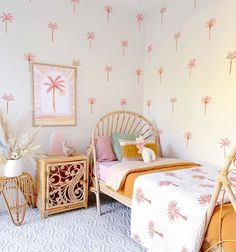 Palm Tree Decorations, Bubble Painting, Girls Bedroom, Bedrooms, Modern Rugs, Paint Designs, Being A Landlord, White Patterns, French Vintage