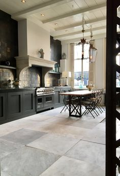 Prachtige zwarte klassieke keuken! www.demulderkeukensopmaat.nl