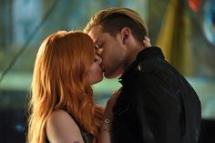 'Shadowhunters' star Dominic Sherwood talks about his character Jace's relationships with Clary Fray, her best friend Simon, and fellow hunter, Alec. Jace And Clary Kiss, Shadowhunters Clary And Jace, Alec And Jace, Shadowhunters Tv Series, Jace Lightwood, Shadowhunters The Mortal Instruments, Clary Fray, Cassandra Clare, Dominic Sherwood