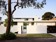 Secret Design Studio knows mid century modern architecture. Grand Designs Australia style Brighton House by McKimm Grand Designs Australia, Flat Roof House, Facade House, Modern Exterior, Exterior Design, Brighton Houses, Latest House Designs, Mid Century House, Mid Century Modern Design