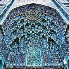 Rusya / St.Petersburg Mosque / 39 metre yüksekliğinde kubbesi ve 49 metrelik minaresi olan bu cami belkide dünyanın en güzel camilerinden.Fotoğrafta görülen girişteki portal bölümü, doğu süslemeleri ve turkuaz mozaikler kullanılarak yapılmıştır.Bir süre ibadete kapalı olan bu cami şuanda açıktır.