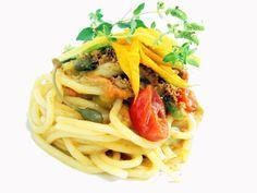 Spaghettone trafilato a bronzo con pomodorini confit, fior di zucchine di campo e mollica di pane tostato - ricetta inserita da Rocco Violante