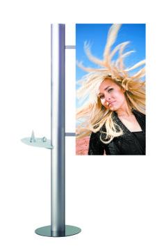 TITANIUM FRAME - Struttura in alluminio anodizzato che abbina eleganza ed alta tecnologia. La colonna è divisa in due pezzi per un agevole trasporto. La grafica puo' essere su telaio sospeso o con forma curva tutta altezza. E' previsto un kit di adesivo magnetico per il posizionamento della grafica. Luci, porta depliant, mensole, ripiano in metacrillato, valigia di trasporto in optional. Dimensioni: H. 222 cm - L. 75 cm Dimensioni grafica: sistema telaio dritto L. 75 x H. 175 cm sistema…