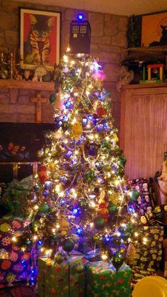 TARDIS tree topper, TARDIS lights, TARDIS & Dalek ornaments, blue globe lights & white LED lights.     The rest of the ornaments are blue, white and turquoise green-blue.