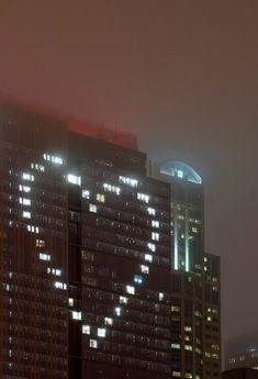 Fenetres sur immeuble allumées en forme de coeur