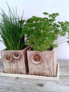 Takovej..vlčí makovej.. 2 hranaté květináče,pro přímé osázení,režné,květy zdobeny sklem.Jsou 13x13cm a tác má 30x15cm. Hand Built Pottery, Slab Pottery, Ceramic Pottery, Ceramic Art, Ceramic Flower Pots, Ceramic Planters, Diy Clay, Clay Crafts, Flower Bowl