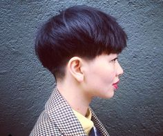 The pixie cut is the new trendy haircut! Put on the front of the stage thanks to Pixie Geldof (hence the name of this cup!), Many are now women who wear this short haircut. Pixie Haircut, Short Haircut, Bowl Haircut Women, Bowl Haircuts, Look 2018, Corte Y Color, Haircut And Color, Short Hairstyles For Women, Great Hair