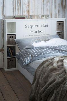 Cabeceira como estante atrás da cama