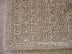 "Great ""wiggly crochet"" rug tutorial by Sônia Maria on http://falandodecrochet.blogspot.com (in Portuguese)"