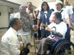 Seorang menteri memilih jongkok untuk menghormati dan mendengarkan lawan bicaranya. Si ibu ini adalah pemilik UKM binaan BUMN (Bandung, Maret 2013)