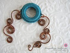 Teal and copper this season inspire me... I made some jewelry pieces that have these elements in common and I loved to create them...  This is a bracelet made of copper swirls, hammered and shaped one by one and a central crocheted ring that add colour to the piece!