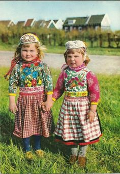 Two little girls in traditional wear from Marken. Fashion Now, Ethnic Fashion, World Of Fashion, We Are The World, People Of The World, Folklore, Costumes Around The World, Folk Clothing, Baby Kind