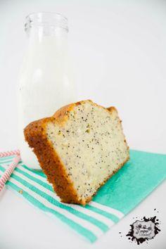Un bon cake à la texture bien moelleuse, au goût de citron léger et parsemé de graines de pavot.