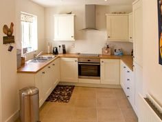 A great modern kitchen at Beach Corner (Ref. U Shaped Kitchen Inspiration, Kitchen Styling, Kitchen Decor, Cottage Kitchens, Modern Kitchen Design, Kitchen Layout, Beautiful Kitchens, Kitchen Remodel, Somerset
