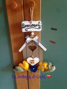 Casetta di legno per dare un benvenuto ai nostri ospiti, fiori in pannolenci,realizzati a mano e con la big schot