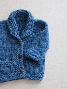 Søt, tøff og enkel strikkajakke. Denne jakka er inspirert av den gammeldagse røkejakka, og har passende krager og lommer.