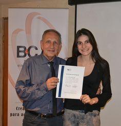 Rocio Mendez recibiendo diploma