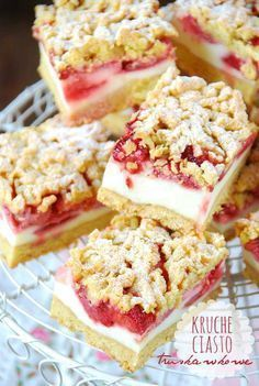 Strawberry Cream Bars- they are deliciously rich brown sugar crust and crumb topping, sweet creamy filling topped with a lovely strawberry layer. Strawberry Bars, Strawberry Recipes, Strawberries And Cream, Strawberry Cheesecake, Delicious Desserts, Dessert Recipes, Yummy Food, Dinner Recipes, Brownie Bar