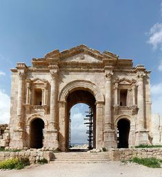 The Triumphal Arch (Hadrian's Arch) in the south of the Roman city of Gerasa (now Jerash) in Jordan. The tripartite triumphal arch was erected in commemoration of emperor Hadrian's visit to the city in AD. Architecture Antique, Rome Architecture, Ancient Greek Architecture, Historical Architecture, Ancient Mysteries, Ancient Ruins, Ancient Rome, Ancient Greece, Ancient History