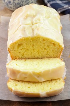 EASY keto lemon loaf bread that is super delicious. Bake up the BEST low carb lemon bread with icing. Mix up this ketogenic diet recipe in under 10 minutes for… Healthy Freezer Meals, Healthy Low Carb Recipes, Low Carb Desserts, Easy Desserts, Keto Recipes, Beste Desserts, Healthy Lemon Desserts, Healthy Low Carb Breakfast, Diet Desserts