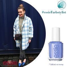 Blau, blau, blau blüht der Enzian und auch wir zieh'n blau genau so gerne an. Zu dem perfekten Mix aus unterschiedlichen Blautönen und Beige und Grau empfehlen wir bikini so teeny als farblichen Übergang zu dem zarten und grelleren Blau! #essieFarbstylist