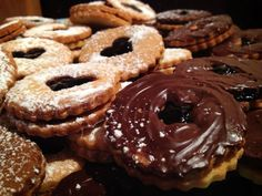 Reteta Aida Parascan: Biscuiti gemeni cu mure - www. Doughnut, Biscuits, Sweets, Cookies, Chocolate, Desserts, Food, Crack Crackers, Sweet Pastries