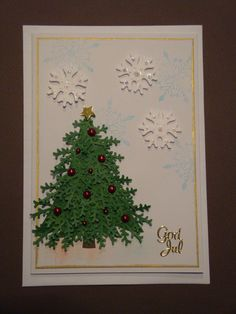 (Made by Susanne Elfrom Nguyen) Kort med juletræ. Lavet af ca. 25 små grangrene, limet på en trekant.