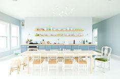Pastelowa kuchnia!    Do kuchni najczęściej proponuje się blade odcienie mięty i błękitu, które dodają wnętrzom świeżości i wspaniale komponują się z bielą armatury czy sprzętu AGD, a także jasnym drzewem blatów i stołów.   #akcesoriakominkowe #kominki #dokominka #DecoArt24