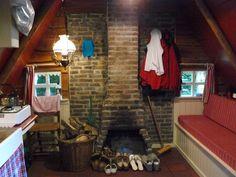 Traditionele plaggenhut Het Vleddertje in Ansen - Drenthe  Het Vleddertje is ingericht voor 2 personen, de slaapplaats is in de ruime bedstee (160x210) Heeft een ruime tweepersoons bedstee, een granieten aanrecht met warm water en een gezellig overdekt zitje buiten. Heerlijk genieten van de stilte ook als het weer wat minder is.  Deze plaggenhut is voorzien van een koelkast en kooktoestel, alle borden, pannen en bestek e.d. in boerenbont stijl, open haard en als basisverwarming een…