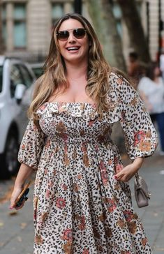 Photos : Kelly Brook – Wearing a flower print dress in London Kelly Brook Bikini, Kelly Brook Hot, Curvy Women Outfits, Clothes For Women, Printed Gowns, Girl Celebrities, London Photos, Victoria Dress, Red Carpet Dresses