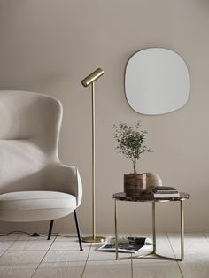 Striking contemporary brass floor lamp and cherry marble coffee table in a minimalist living room. A first look at the H&M Home Autumn / Winter 2019 collection, with a strong Japanordic feel, combining Nordic and Japanese aesthetics. Decor Room, Living Room Decor, Home Decor, Lampe Salon Design, Nordic Interior, Interior Design, H & M Home, Photo Deco, Brass Floor Lamp