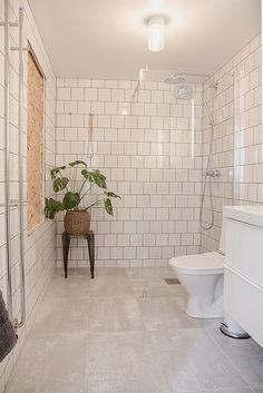 Porch Entry, Gallery Frames, Walk In Shower Designs, Bathroom Design Luxury, Interior Stylist, Built In Shelves, Home Look, Small Bathroom, Ikea