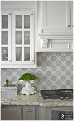 If you are thinking of tackling a kitchen remodel or kitchen refresh this year, then here are some kitchen trends for you to consider! Grey Kitchen Cabinets, Kitchen Redo, Kitchen Tiles, Kitchen And Bath, New Kitchen, Kitchen Hoods, Kitchen White, White Cabinets, Gray Kitchen Backsplash