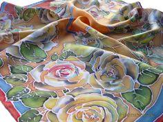 Mousseline de soie à la main peint foulard Orange Roses foulard peint à la main châle femme cadeau maman Batik Foulard soie peinture Floral Bandana carrée en soie foulard  • Peint à la main de soie Echarpe - 100 % soie - foulard carré - main ourlée - 65 / 65cm (25,59/25,59) •  Foulard en soie carré avec roses jaunes sur fond ocre, bordé de gris-bleu peint à la main et garniture de tuile couleur parce qu'il est carré, vous pouvez le porter de plusieurs façons: comme bandana, foulard...