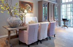 Mooi wonen is een kunst. Het vraagt om een creatieve artiest. De interieurstylisten van Mart weten wat kunst is. Eettafel met eetstoelen en een robuuste pot op tafel. www.martkleppe.nl