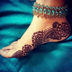 tatuaje henna, dibujo en el pie para mujer, diseño con flores