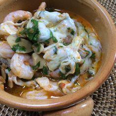 Tereyağının yarısını ısıtın ve küp doğranmış soğan ile kıyılmış sarımsağı ilave edin. 3-4 dakika soteleyin. Turkish Recipes, Ethnic Recipes, Fish Dishes, Fish And Seafood, Potato Salad, Food And Drink, Soup, Italy, Chicken
