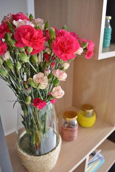 Jarra de flores e vasinhos decorados com cordas.
