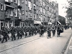May 1940. Soldiers of the German Wehrmacht marching on the Vaartstraat in Amsterdam after capitulation of the Dutch armed forces. #amsterdam #1940 #worldwar2 #Vaarstraat