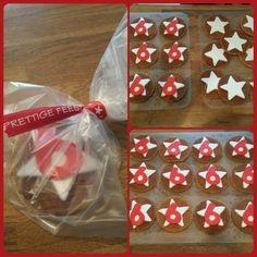 Traktatie rond Kersttijd. Een stroopwafel versierd met een ster van fondant en een cijfer van marsepein.